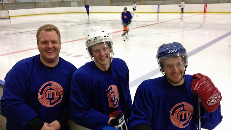 Christoffer Mattisson, Alexander Toresson och Filip Nilsson i Lakej hockey. Foto: Anna Tigerström/Sveriges Radio
