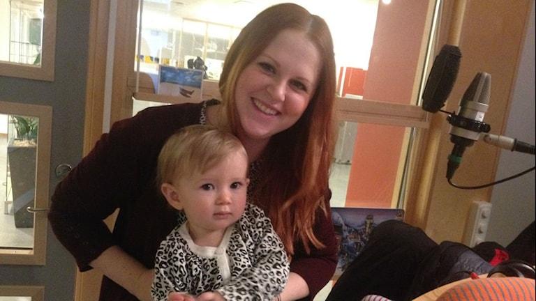 Felicia, snart ett år och mamma Josefine Wilson. Foto: Anne Marchal/ Sveriges Radio
