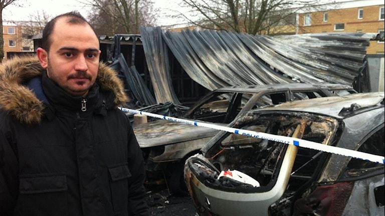 Mohammed Almass på parkering där 18 bilar skadades av branden. Foto: Per Brolléus/Sveriges Radio