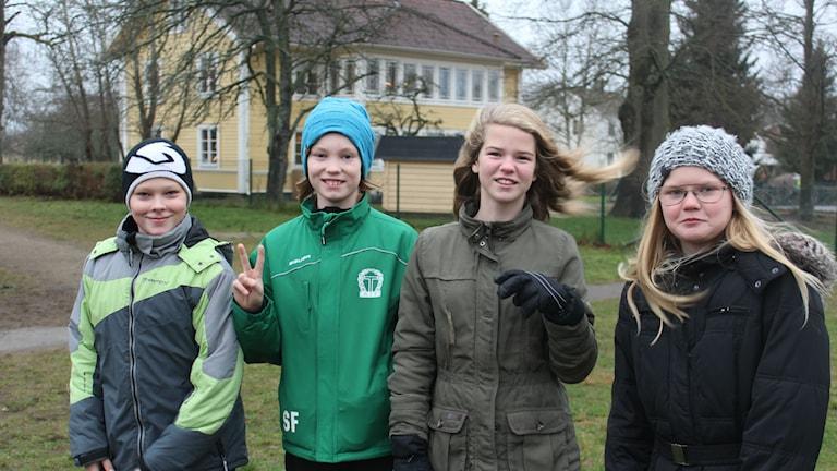 Vilgot Persson, Simon Ferm, Edith Andersson och Wilma Hedberg går i femman på Dackeskolan i Tingsryd. Foto: Karin Ernstsson/Sveriges Radio