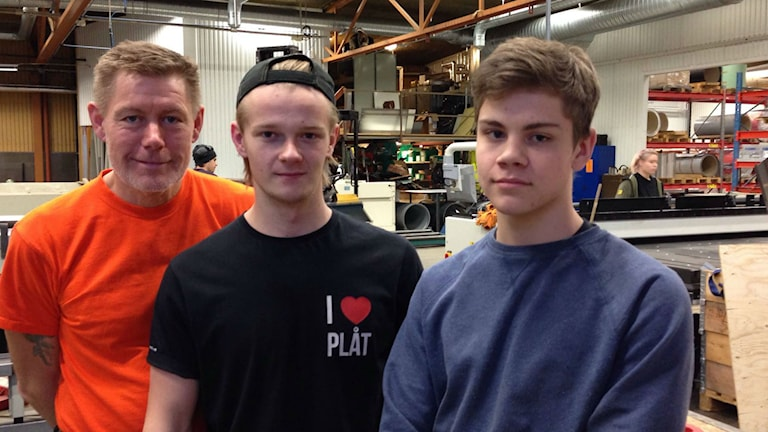 Plåtslagare Sören Ingvarsson är handledare för lärlingarna Love Jansson och Jonathan Bengtsson. Foto: Martina Sandström/Sveriges Radio