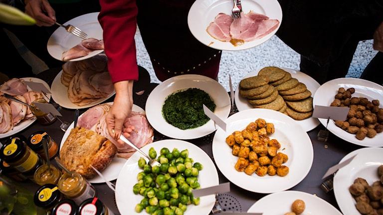 Många bjuder sina anställda på julbord. Foto: Robin Haldert/TT