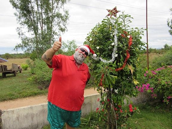Jag är nog den snällaste tomten i Nakhon Phanom i nordöstra Thailand som står vid vårat julträd, något ljusskygg kanske. /Stefan