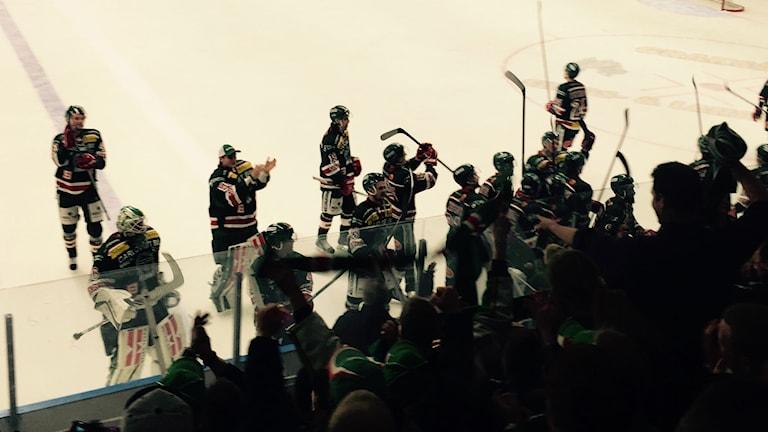 Tingsryd tackar fansen efter seger över Troja/Ljungby i Nelson garden arena. Foto: Janne Gunnarsson/Sveriges Radio