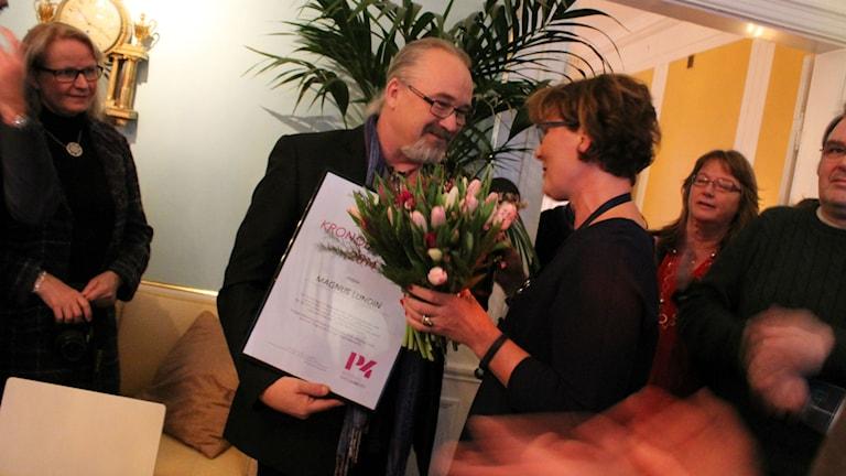 Magnus Lundin gratuleras av landshövding Kristina Alsér.
