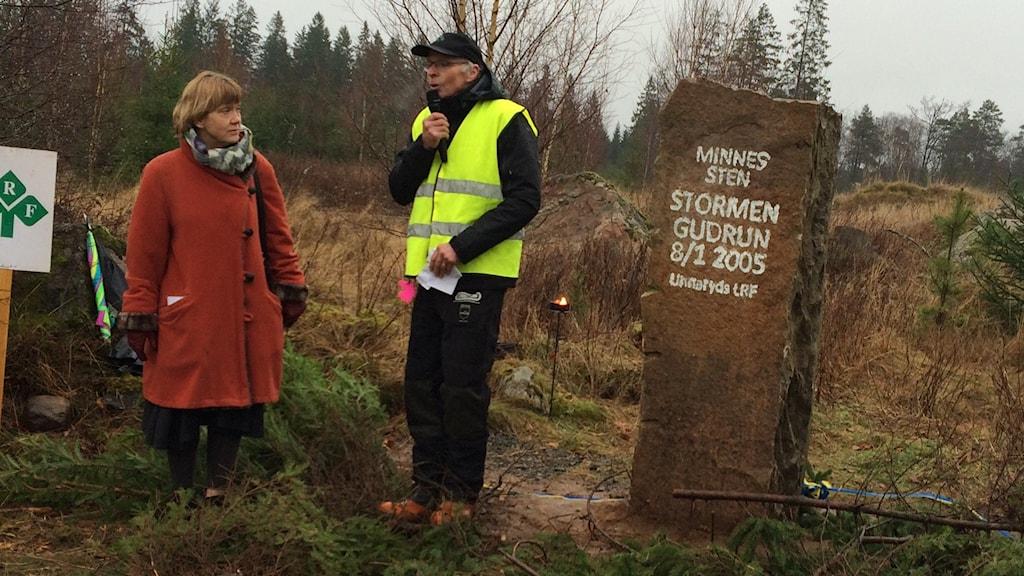 Lena Sommestad på plats vid stenens avtäckning. Foto: Per Brolléus/Sveriges Radio