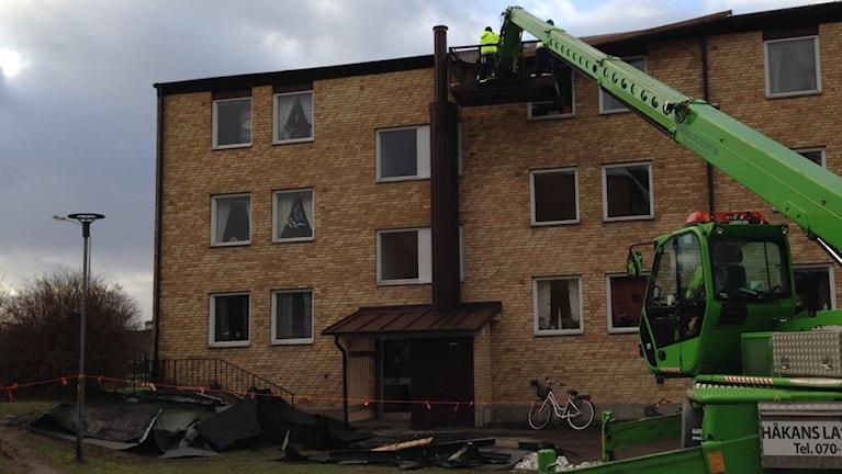 Även delar av ett tak på en hyresfastighet på Mörners väg blåste ner. Foto: Ulf Myrestam/Sveriges Radio