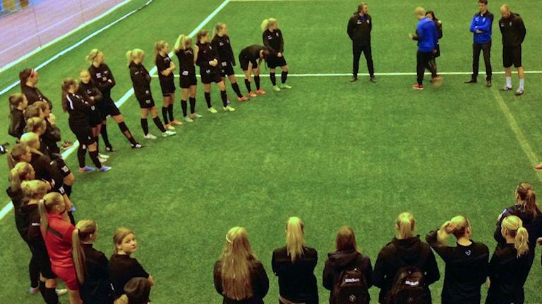 Växjö DFF tränare i Tipshallen i Växjö. Foto: Jonatan Bergman/Sveriges Radio