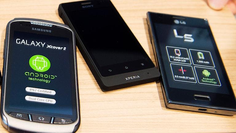 Tre mobiltelefoner på ett bord. Foto: Bertil Enevåg Ericson/TT
