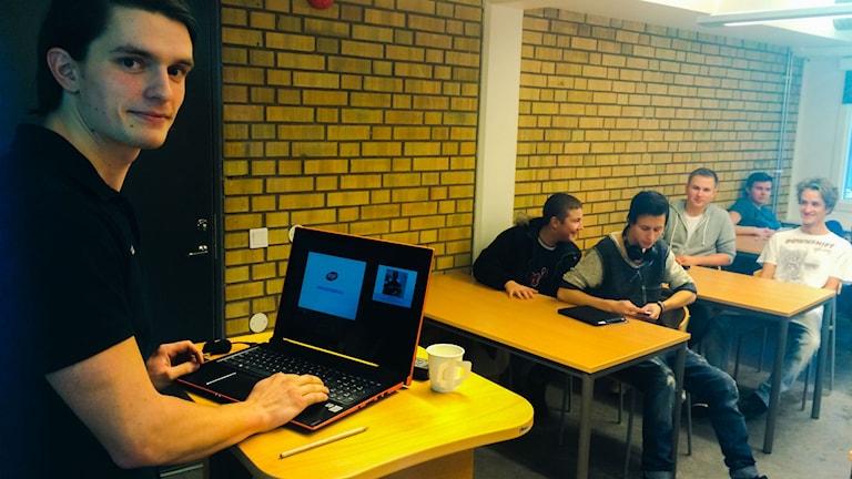 Jakob Jansson vill övertyga fler byggelever att välja plåtslagaryrket. Foto: Elisabeth Anderberg/Sveriges Radio