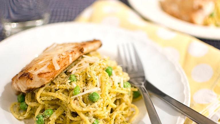 Ett stycke fisk med smörig dillpestospaghetti. Foto: Sara Gröndahl