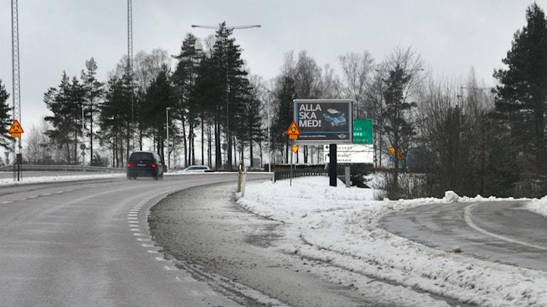 Utfarten från Växjö där den stora reklamskylten skymmer vägskylten.