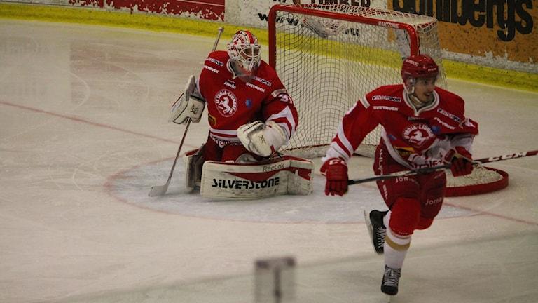 Målvakt och en spelare i Troja/Ljungby. Foto: Anna Wessman/Sveriges Radio