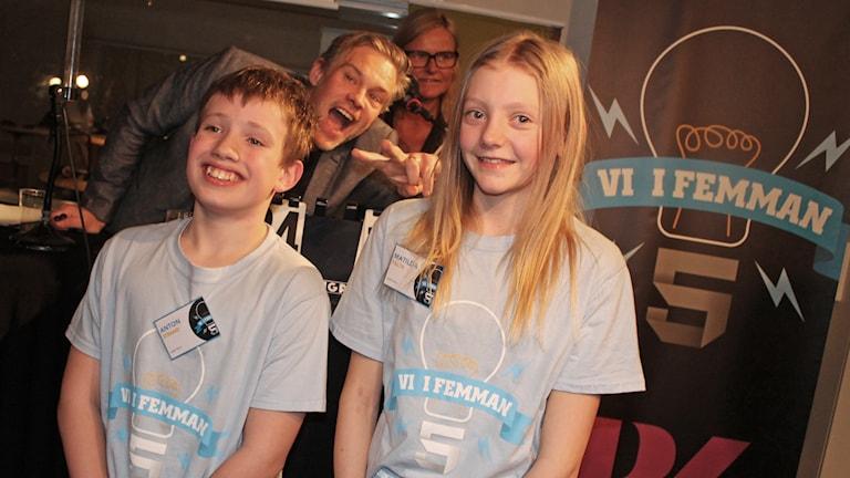 Glada vinnare tillsammans med programledare Fredrik och domare Anne.