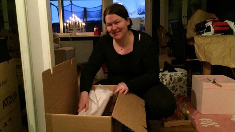 Linda Bengtsson i Alvesta bland flyttlådorna. Foto: Carina Bergqvist/ Sveriges Radio