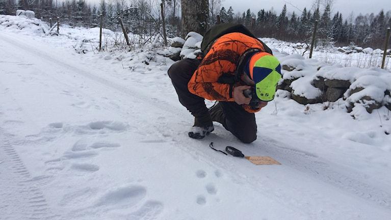 Besiktningsman Rune Håkansson zoomar in.
