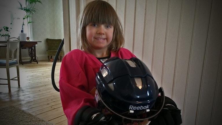 Signe Brink från Norraby är 4 år och spelar hockey.