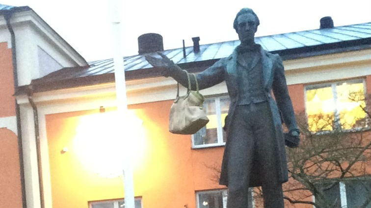 Peter Wieselgren vid Vattentorget i Växjö har fått en väska. Foto: Carina Bergqvist/ Sveriges Radio