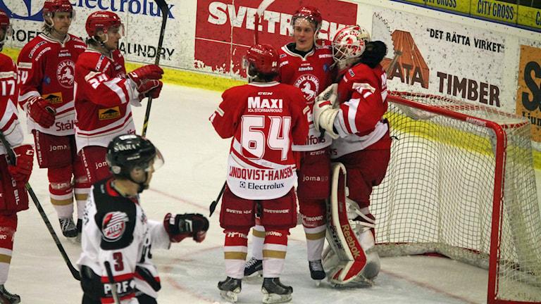 Troja/Ljungby firar segern över Piteå i Sunnerbohov. Foto: Anna Tigerström/Sveriges Radio