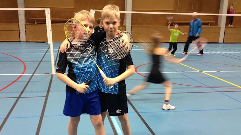 Henning och Matheus spelar badminton på idrottskolan i Älmhult.