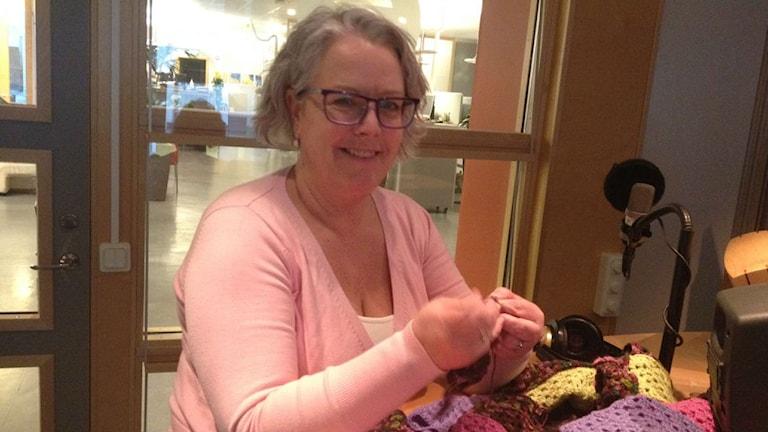 Anita Hall gillar att virka. Foto: Anne Marchal/ Sveriges Radio