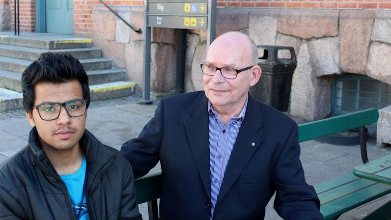 Lars-Erik Eriksson och Dawood Jaled  Khan utanför tågstationen i Alvesta