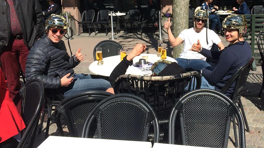 Robin Söderquist, Eric Martinsson (liggande i fåtöljen), Jeff Tambellini och Rhett Rakhshani. Foto: Marcus Sjöholm/Sveriges Radio.