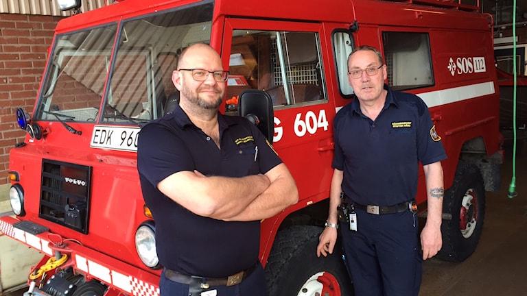 Håkan Helgesson och Staffan Hård framför jeepen som var med vid branden.