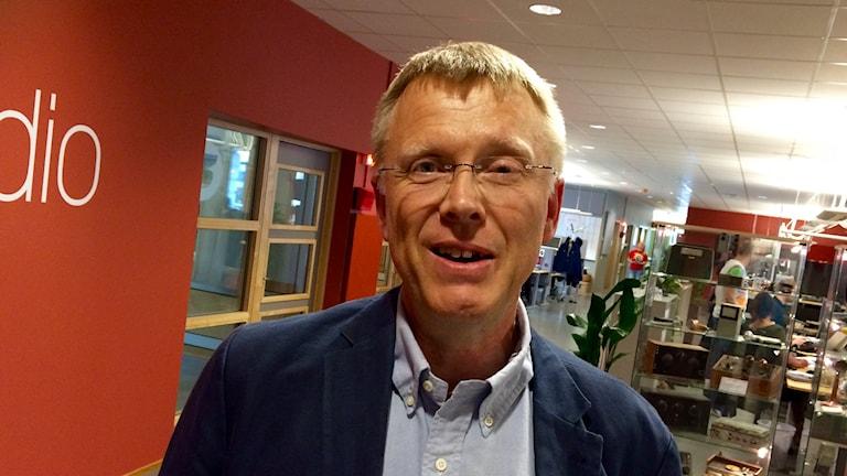 Per-Henrik Nilsson utanför en studio i radiohuset.