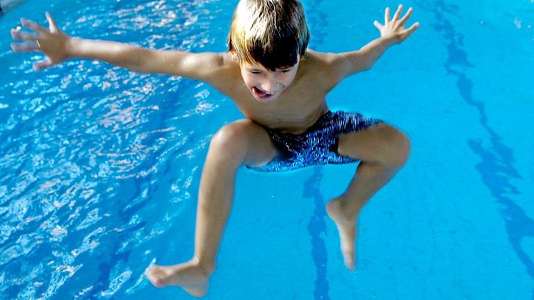 Ett barn i en bassäng.