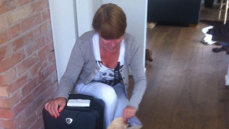 Lotta Blomdahl i Öjaby packar väskan inför semestern på Kos i Grekland. Foto: Alexandra Edman/ Sveriges Radio