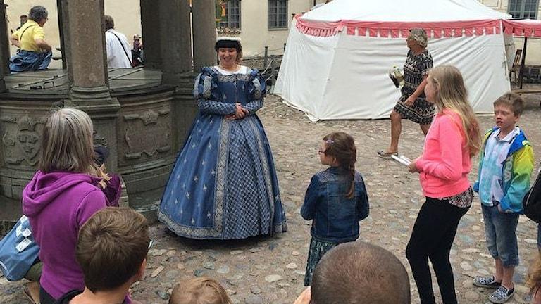 Prinsessan Cecilia bland en massa barn på Kalmar slott. Foto: P4 Sommar