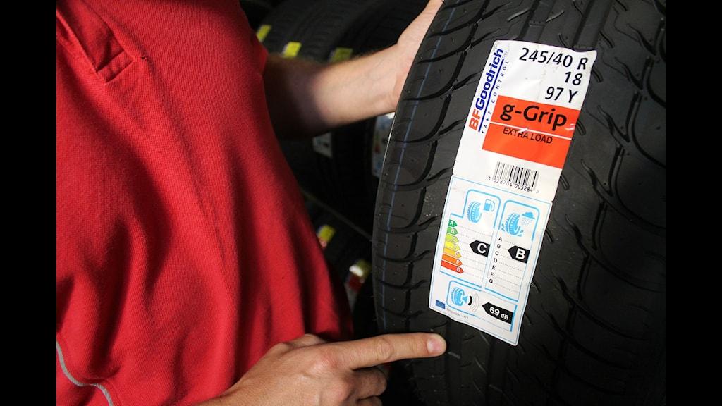 Vid försäljning av nytillverkade däck måste det finns information om egenskapersom gäller buller, väta och bränsleförbrukning.