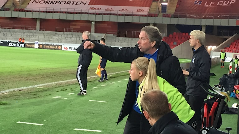 Växjö DFFs tränare Pierre Persson ger Nellie Ohlsson instruktioner. Foto: Anna Wessman/Sveriges Radio