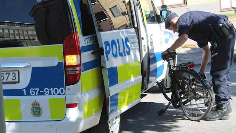 Cykeln lastas in i polisbilen.