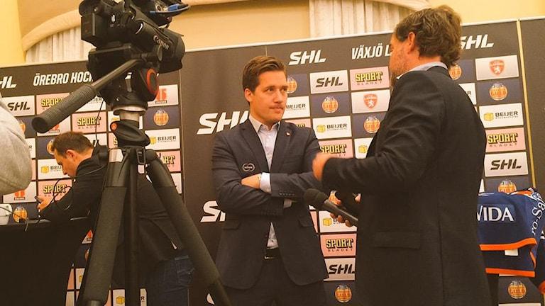 Växjö Lakers Sam Hallam under en av många intervjuer.
