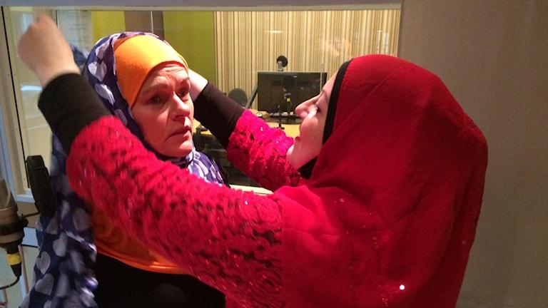Linda Fawaz hjälper P4 Kronobergs Anne Marchal att prova en slöja. Foto: Ulf Myrestam/Sveriges Radio