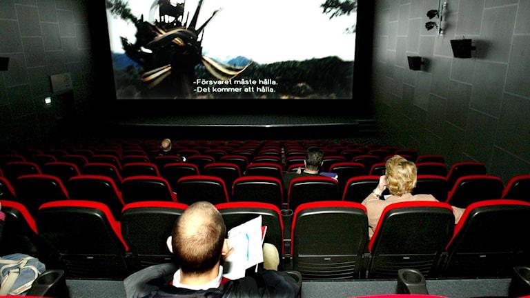 En biograf med besökare.