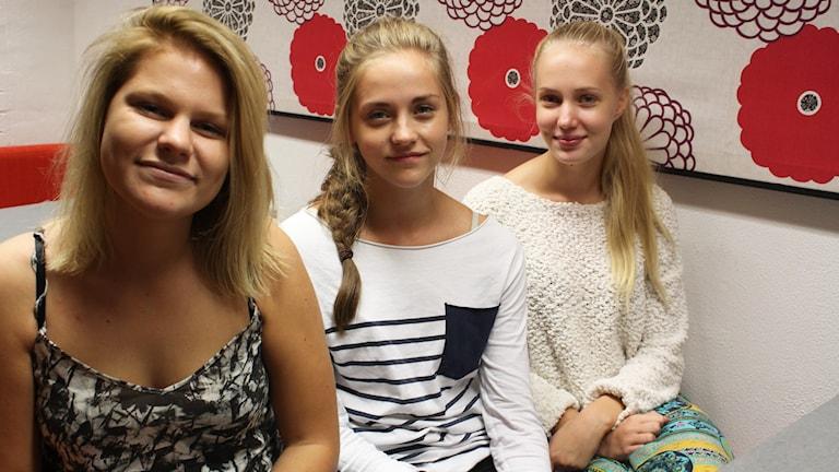 Tre elever i ett rum.