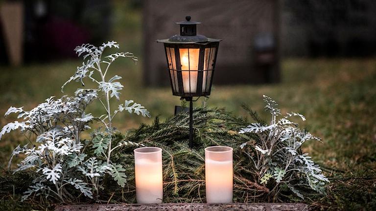 Gravljus på en kyrkogård på vintern.