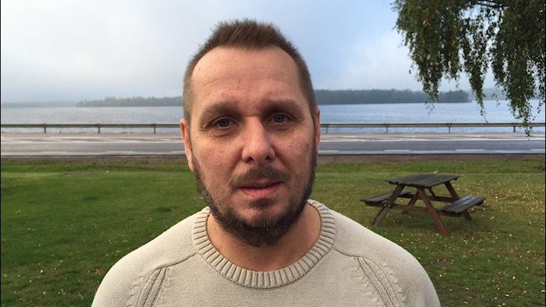 Anders Gustavsson står framför sjön Tiken i Tingsryd.