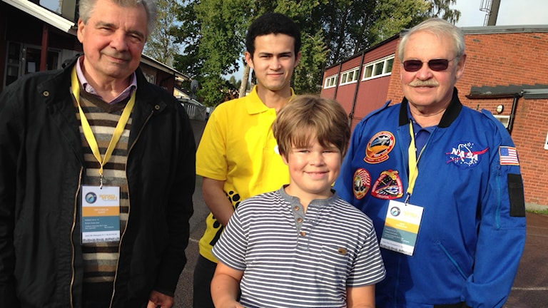 Samuel Evertsson i årskurs 4 och de andra eleverna på Årydsskolan fick träffa en astronaut och en kosmonaut. Foto: Alexandra Edman/Sveriges Radio