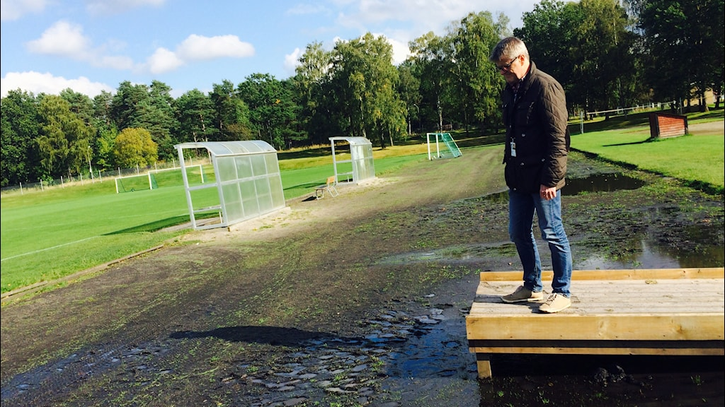 Peter Lindahl visar att det är mycket vatten på löparbanorna