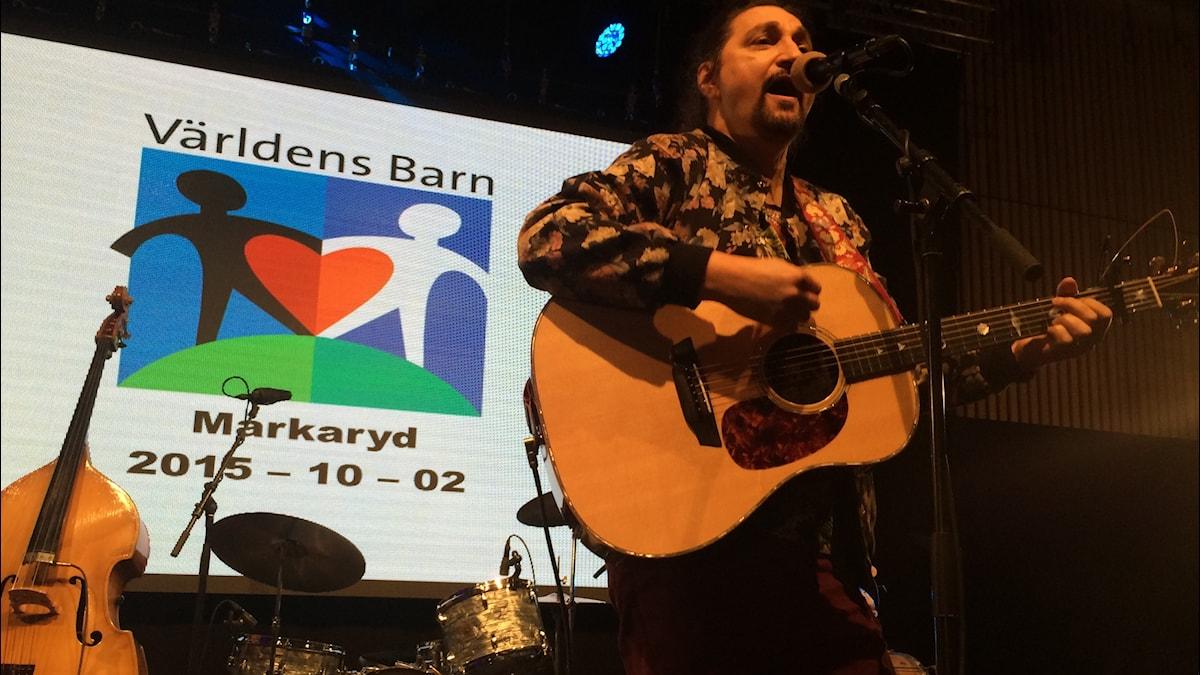 Thomas Di Leva på en scen i Markaryd.