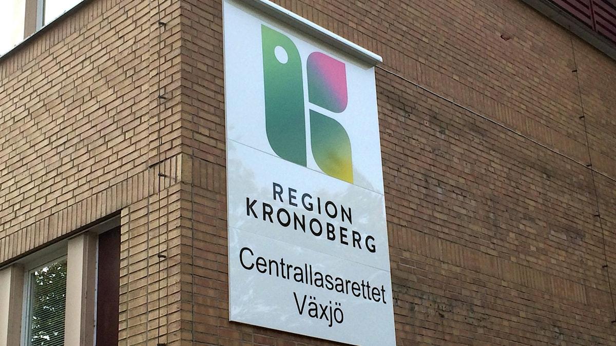 Bild på husbyggnad med skylt med Region Kronobergs logga på.