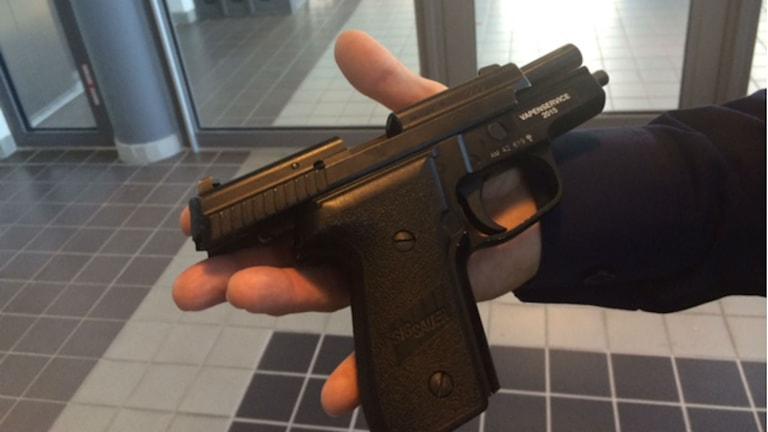 Polisens pistol av typ P 229. Foto: Karin Ernstsson/Sveriges Radio