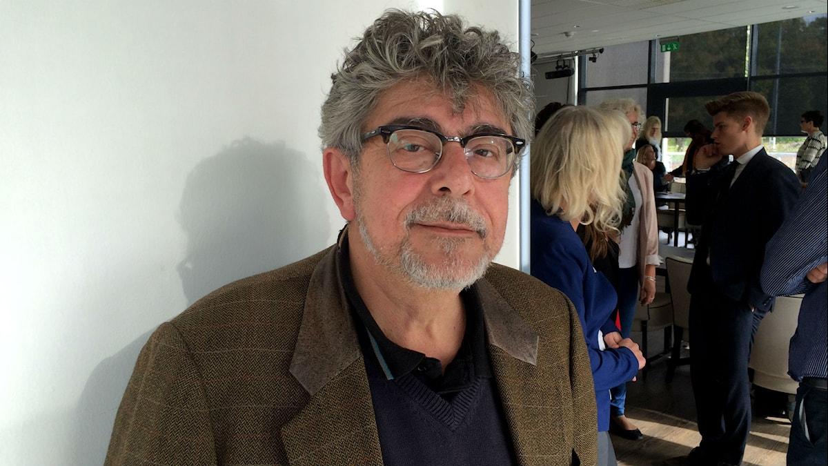 Vladislav Savic ser in i kameran iförd en brun kavaj