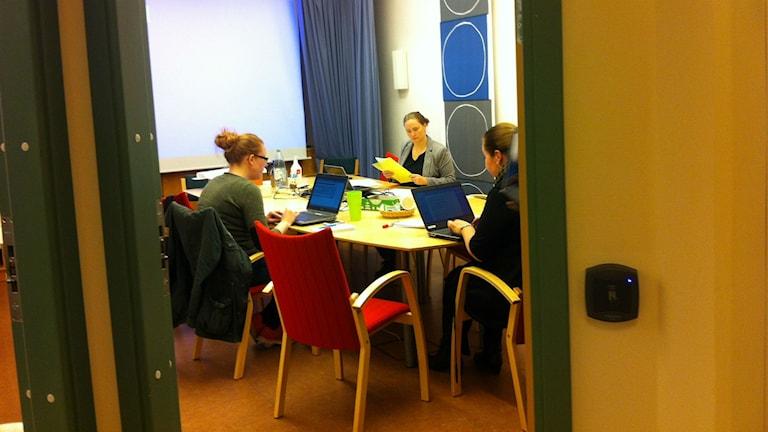 Nere i källaren i Länsstyrelsens lokaler sitter krisstaben vid ett bord med datorer frmaför sig och arbetar.