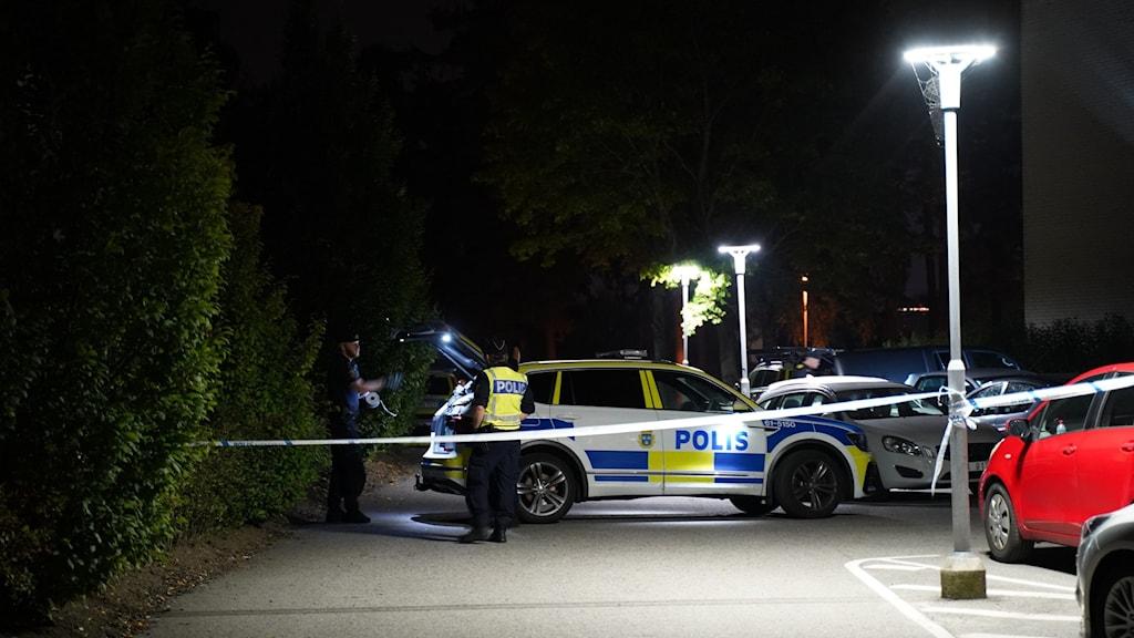 Polisbil och avspärrning i bostadsområdet.