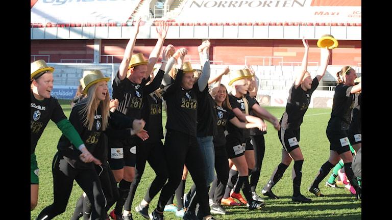 Växjö DFF jublar efter segern mot Böljan. Foto: Håkan Eng/Sveriges Radio.